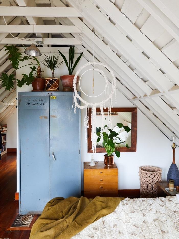 comment aménager une chambre ado en style bohème avec meubles de bois et plantes vertes, modèle attrape-rêve diy en macramé