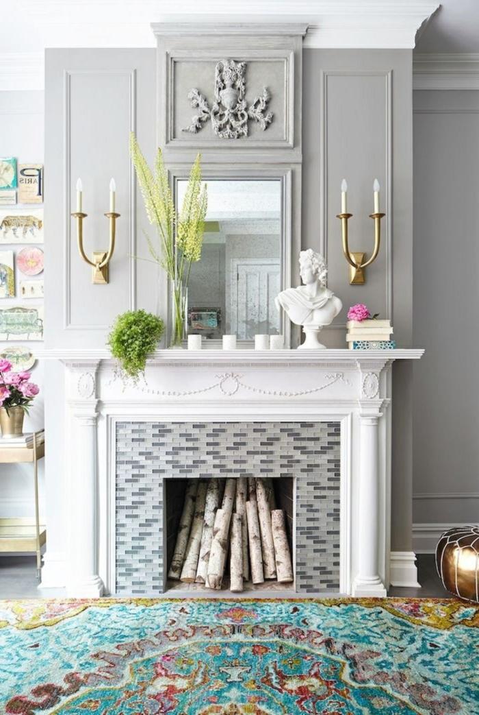 décoration avec fausse cheminée, bûches de bouleau décoratives, appliques bougeoirs