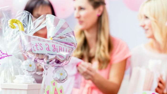 une fête pas comme les autres, des filles qui fêtent avec un grand ballon en rose et blanc, cadeaux surprises, baby shower fille