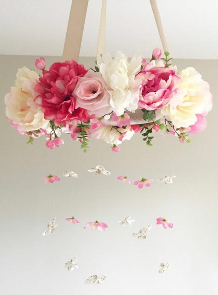 baby shower fille, couronne de fleurs artificielles en tissu en tonalités pastels, avec des petites fleurs pendantes sur des cordes invisibles