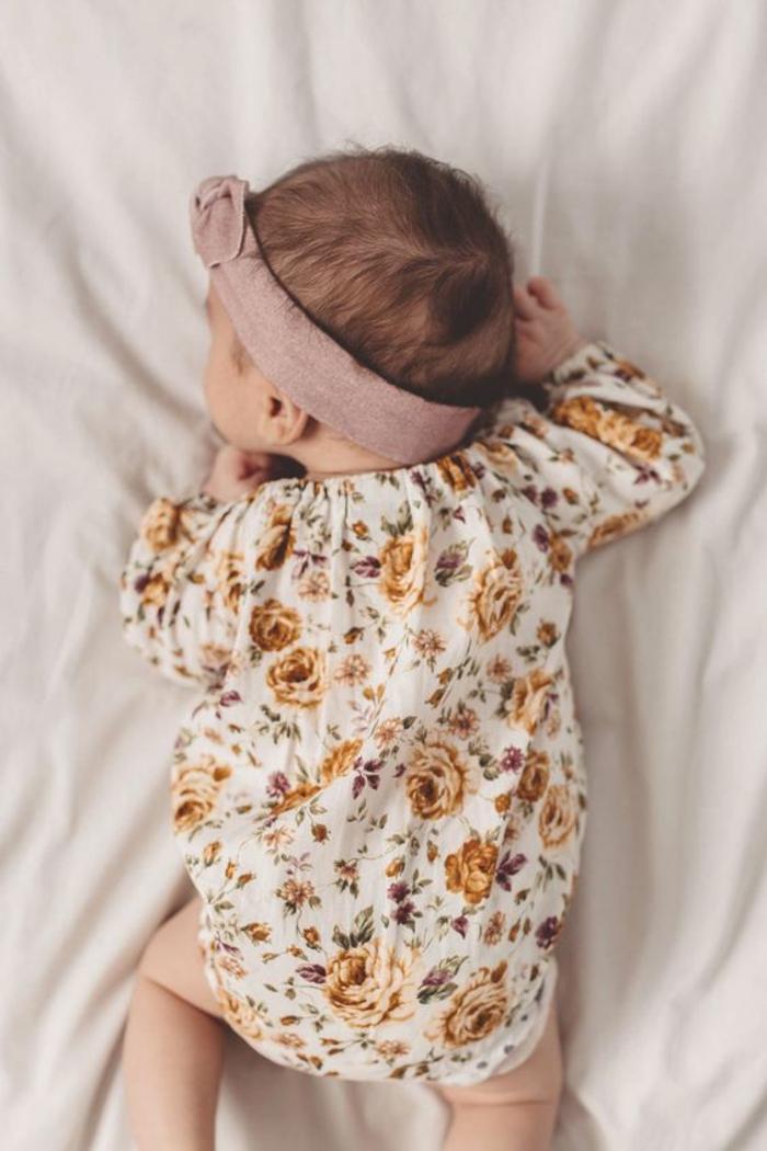 baby shower fille, cadeau baby shower, camisole manches longues motifs fleuris, diadème en tissu avec rose, bébé qui dort sur son estomac