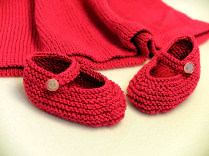 baby shower fille, cadeau baby shower, cadeau future maman, chaussons en maille rouge, veste en maille rouge