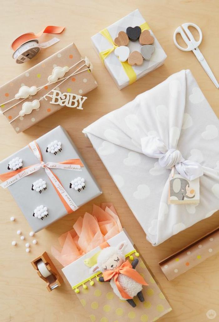 cadeau baby shower, box femme enceinte, boites en blanc et gris, table avec plan beige, cadeau future maman