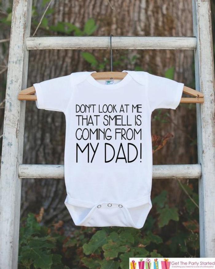 cadeau future maman, baby shower garcon, camisole blanche manches courtes avec inscription humoristique, humour bébé et papa