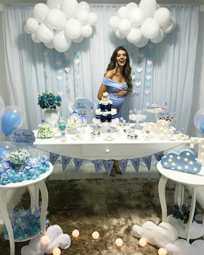 box future maman, baby shower fille, couleur bleu pastel, meubles en bois peint en blanc, moquette marron au poil long