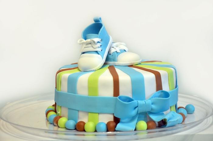 cadeau baby shower, cadeau future maman, box future maman, gâteau aux rayures verticales blanches, marron et réséda, baskets bleues en pâte sucrée