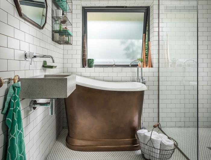 idée comment décorer une pièce blanche avec objets et accessoires en couleur tendance verte, modèle de petite baignoire sabot en blanc et métal cuivré
