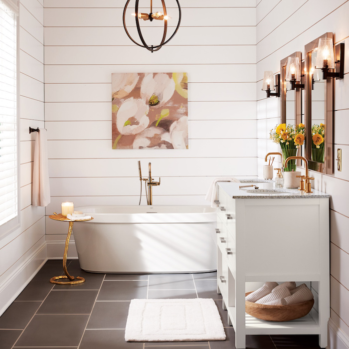 deco salle de bain campagne en blanc, sol recouvert de carrelage blanc, baignoire à poser blanche, meuble lavabo blanc, miroirs avec encadrement bois, suspension ronde originale
