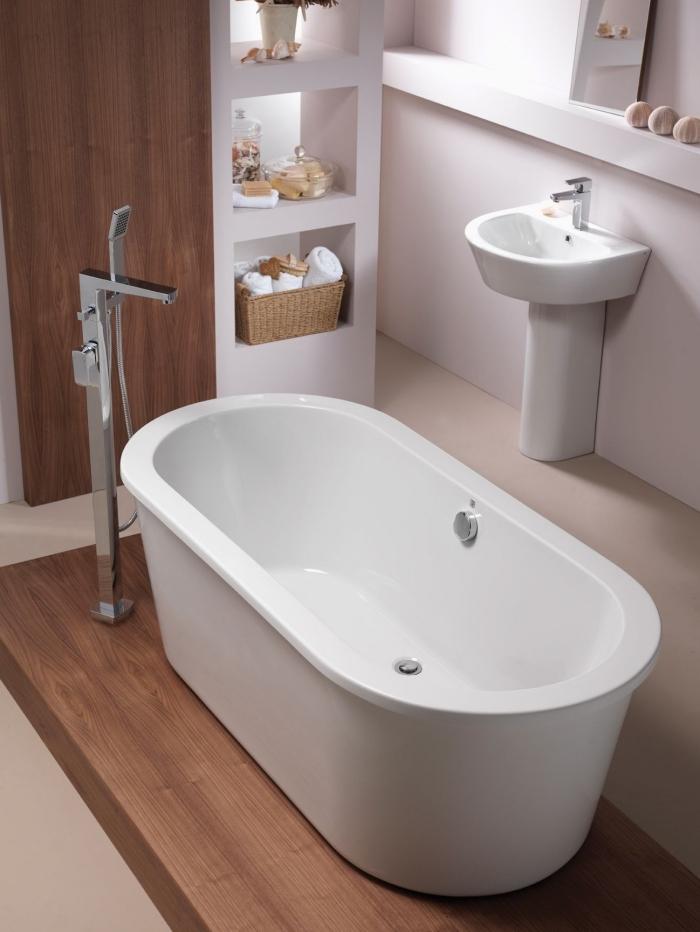 quel type de baignoire pour une petite salle de bain, modèle de baignoire îlot, idée rangement gain place vertical