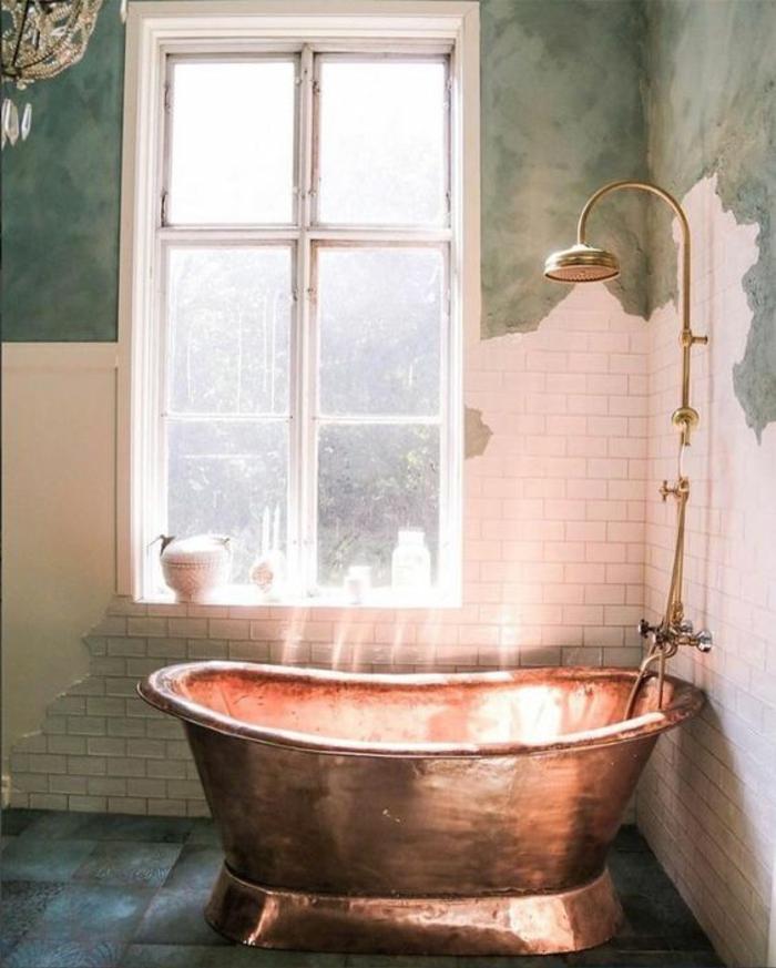 petite salle de bain moderne, deco salle de bain zen, idee salle de bain, baignoire en métal couleur bronze, moitié de murs en carrelage blanc et moitié en vert pétrole, effet usé