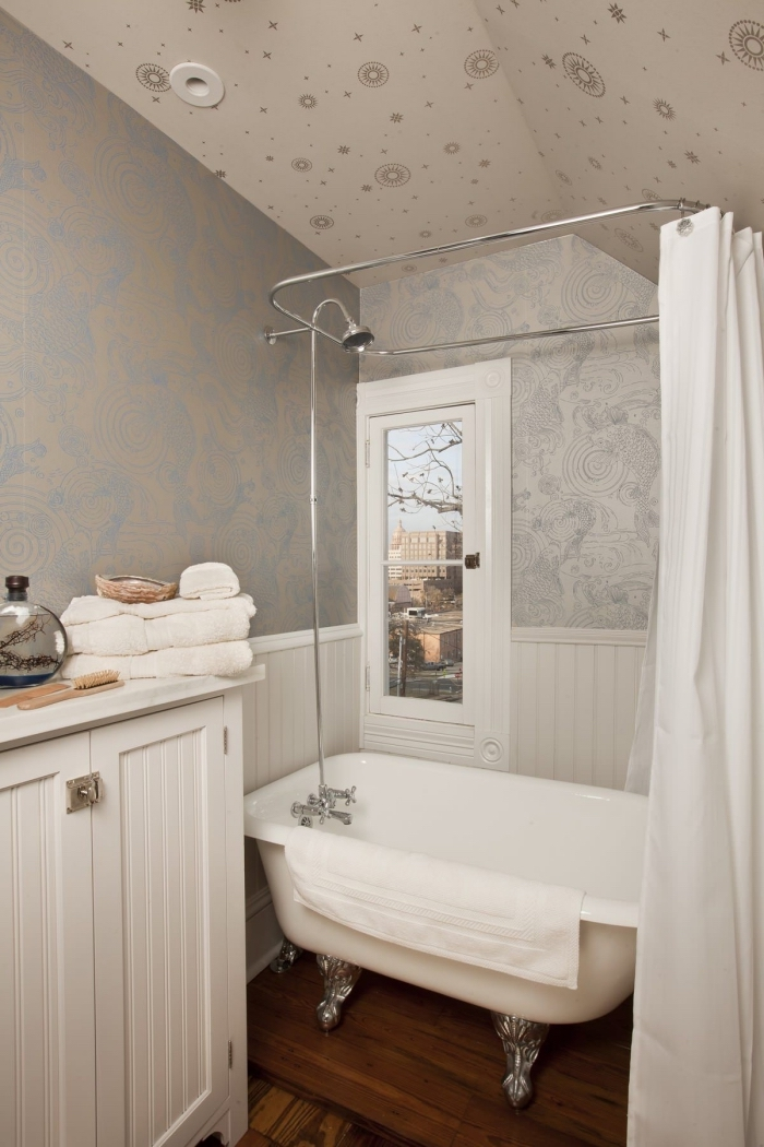 idée revêtement mural et plafond avec papier peint résistant, modèle de petite salle de bain avec baignoire sabot