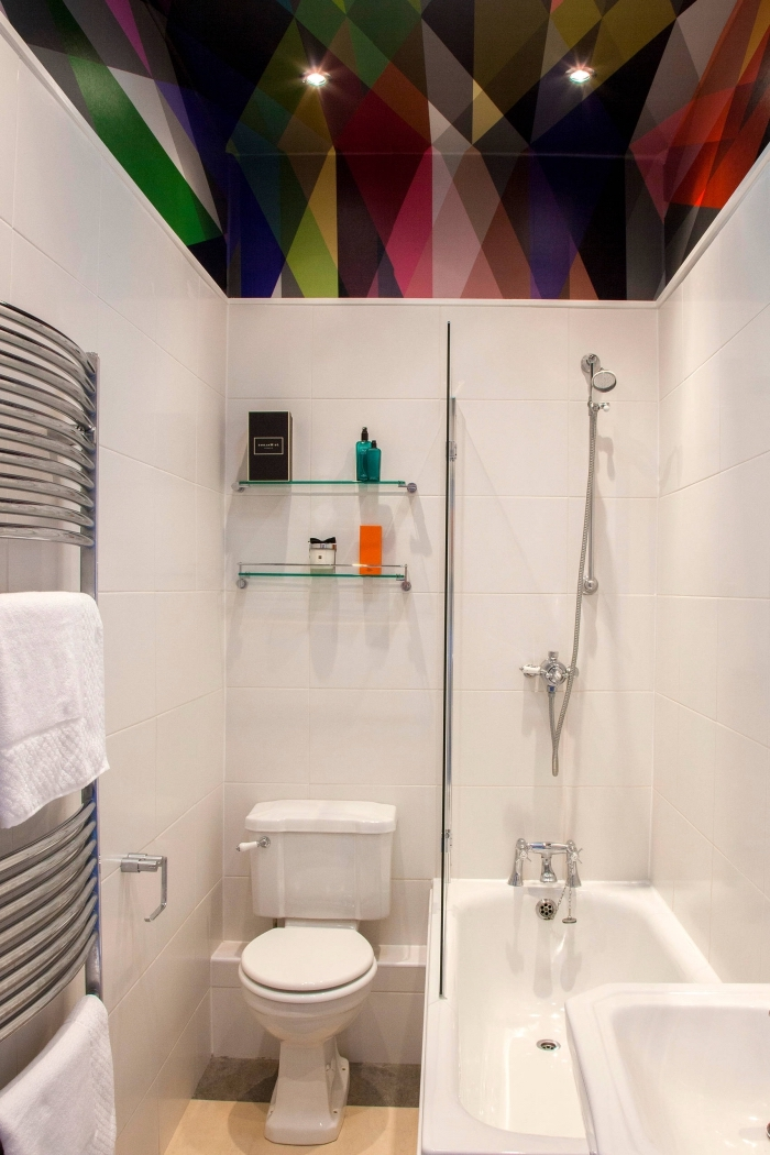 exemple meuble rangement gain place avec étagères murales en verre, modèle de baignoire douche pour petit espace