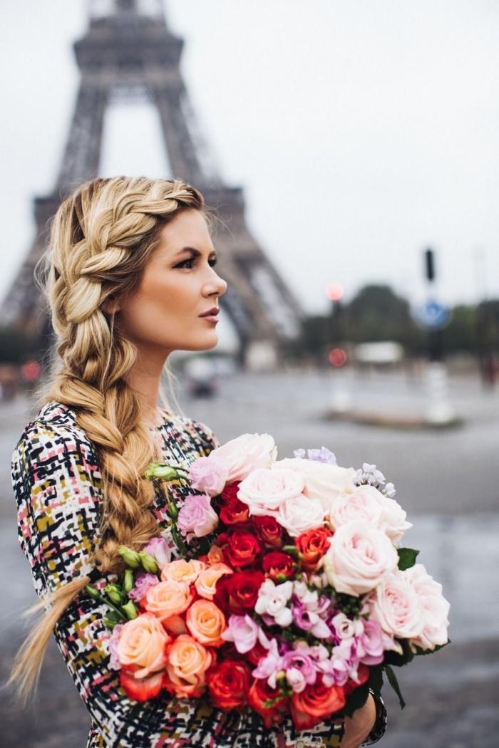 modèle de coiffure princesse aux cheveux longs attachés en tresse grosse de côté, exemple coiffure pour balayage blond