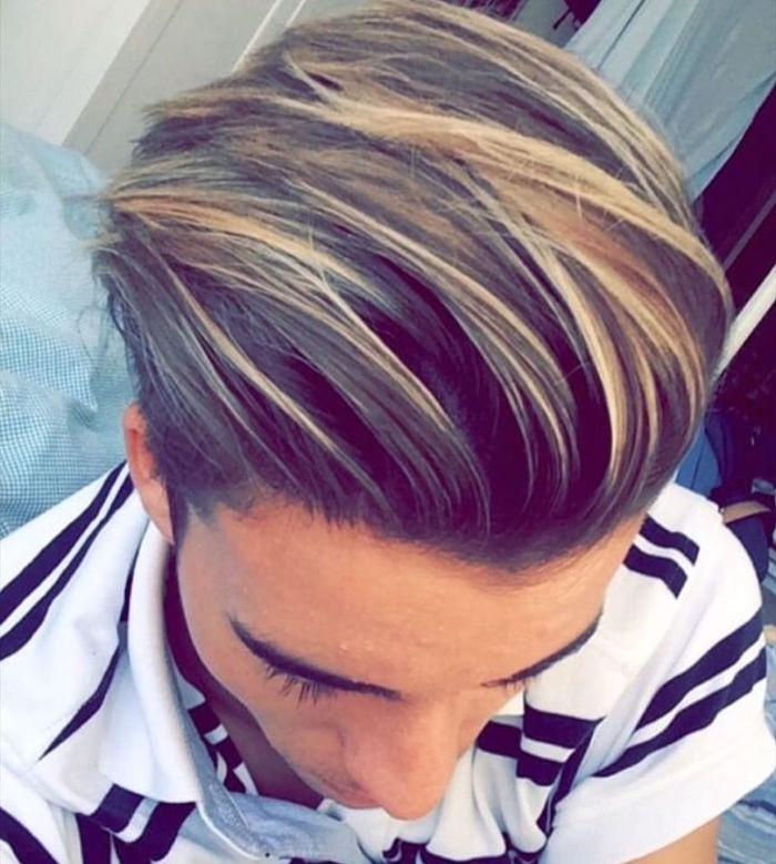 coupe mi long avec meche blonde sur cheveux chatain vers l'arrière