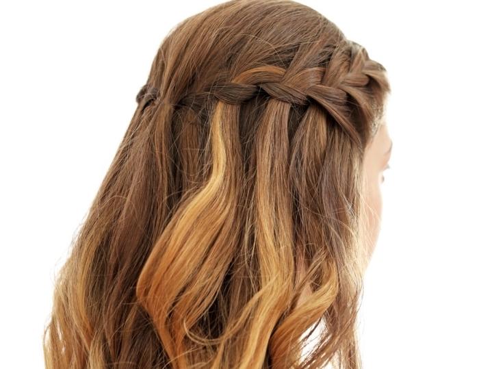 modèle de coiffure romantique aux cheveux longs bouclés en tresse cascade avec mèches blondes sur châtain