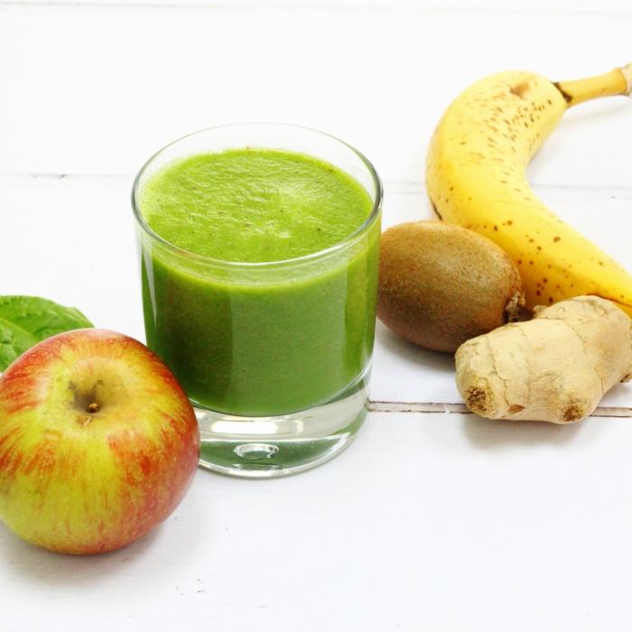 pommes et kiwis mixés avec banane et gingembre, smoothie vert détoxifyant