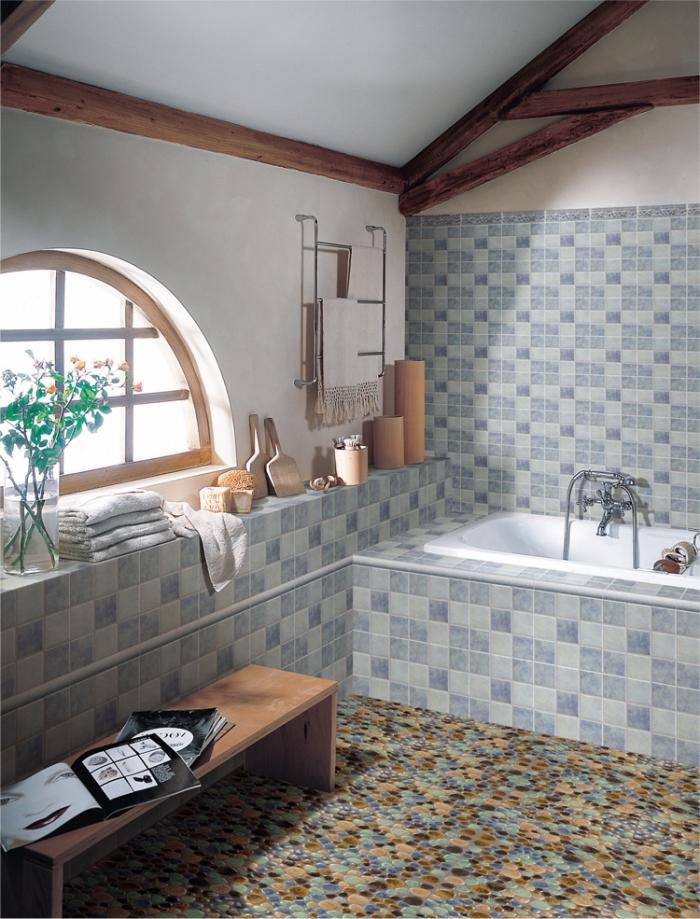 déco de salle de bain de style rustique avec carrelage à design géométrique en couleur gris et bleu, modèle petite baignoire