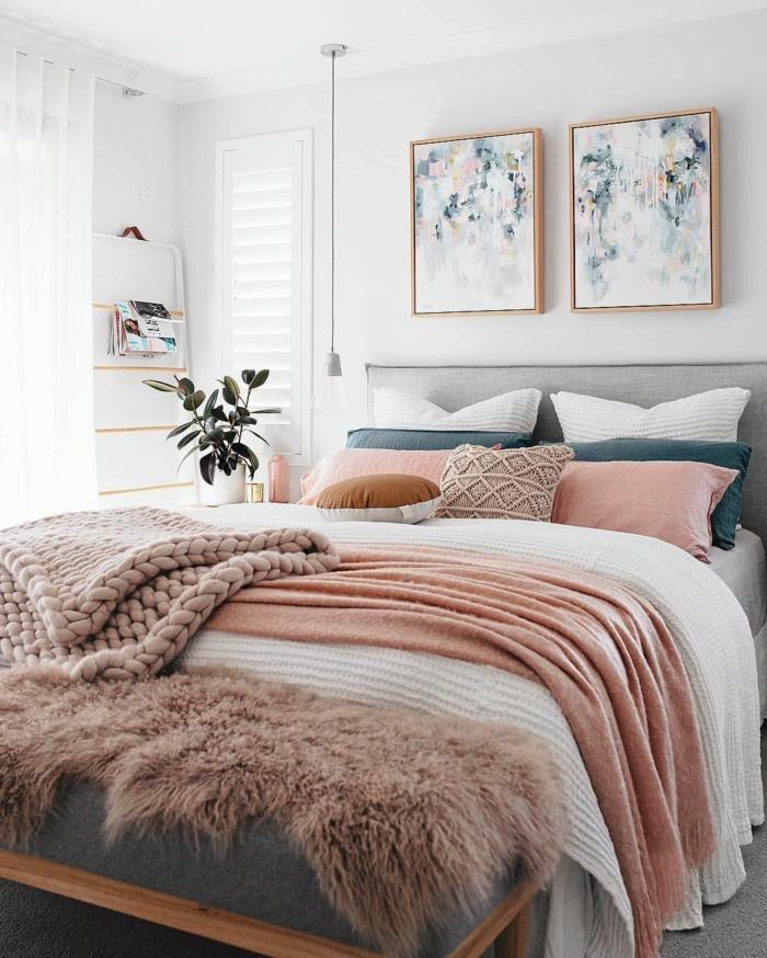 chambre à coucher rose romantique, peintures abstraites, peinture chambre adulte blanche, literie rose pastel, plaid tricoté