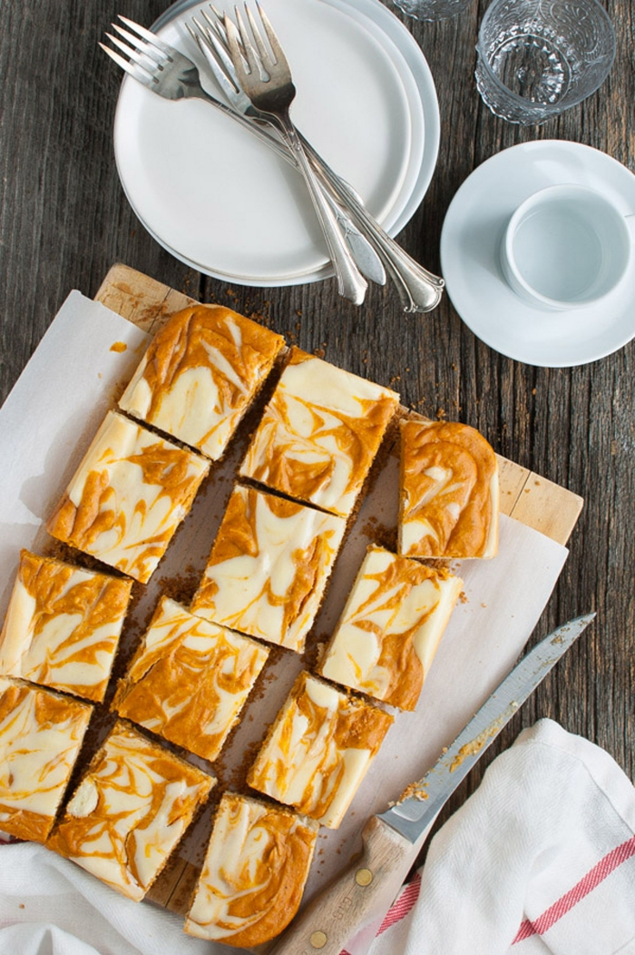 des carrés de cheesecake marbré à la citrouille avec une croûte délicieuse de biscuits, gateau citrouille façon cheesecake