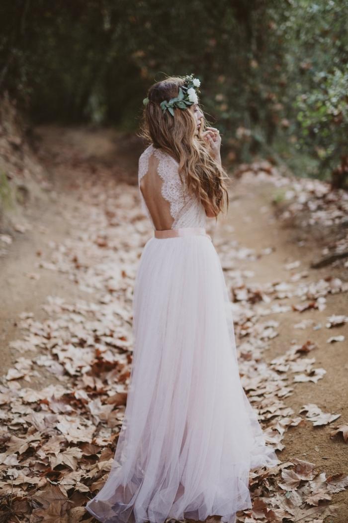 look de mariée romantique en robe de mariée bohème chic à jupe en tulle rose pâle et bustier en dentelle à dos nu