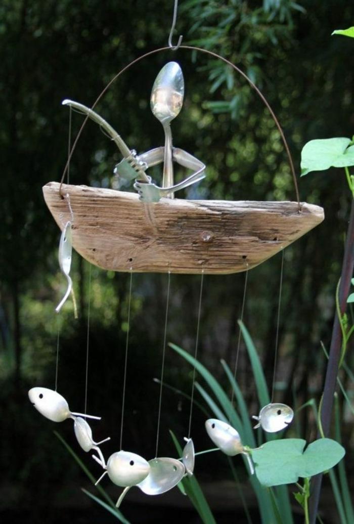 suspension bois flotté, bateau avec morceau de bois et figures de cuillèred et de fourchettes