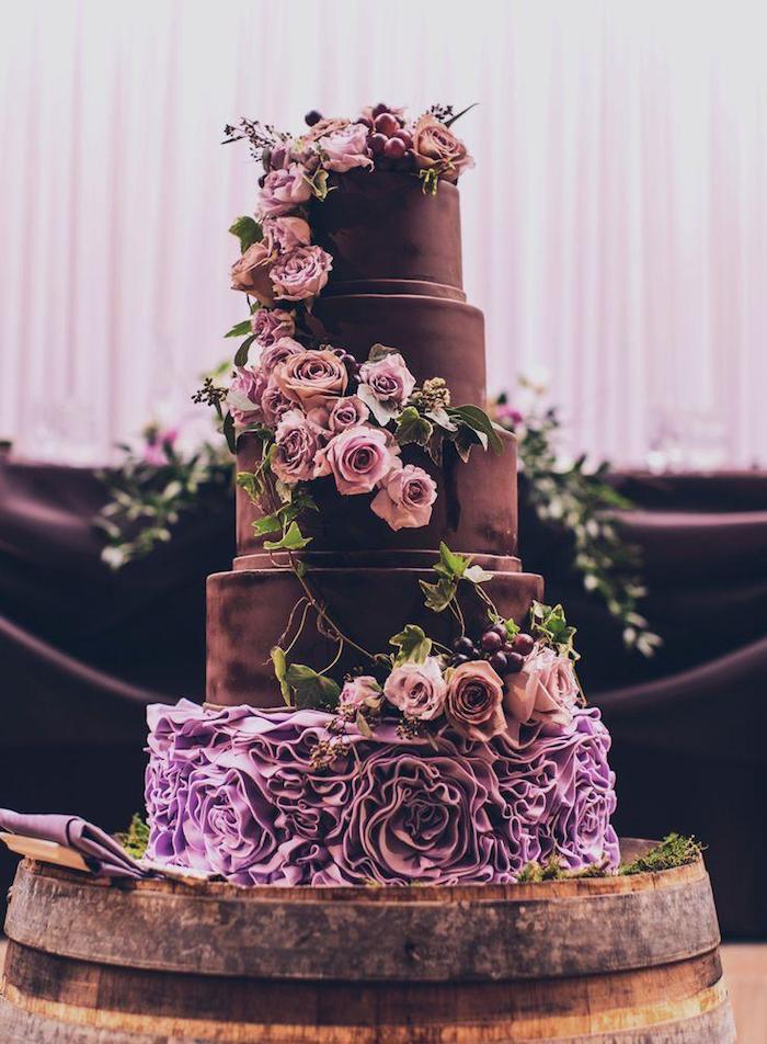 Gateau de mariage fantastique, gateau mariage au chocolat, image de gateau joliment décoré de fleurs, beau gateau de mariage