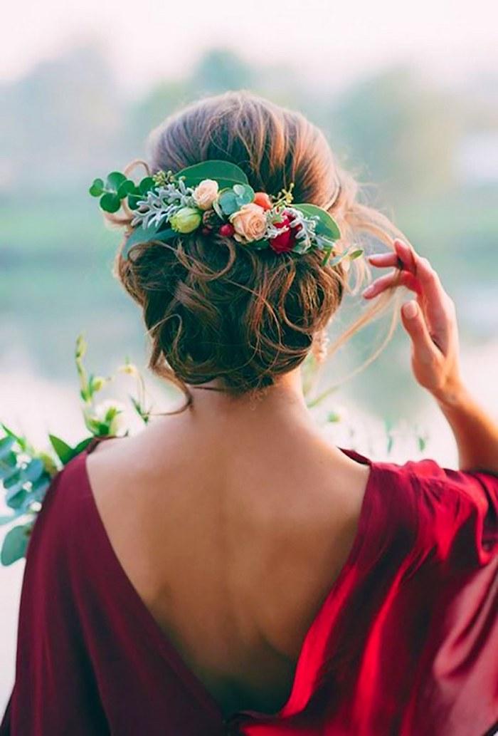 Romantique chignon bas mariage, choisir une coiffure chignon décoiffée à boucles, décoré de fleurs, coiffure mariee, belle femme robe rouge