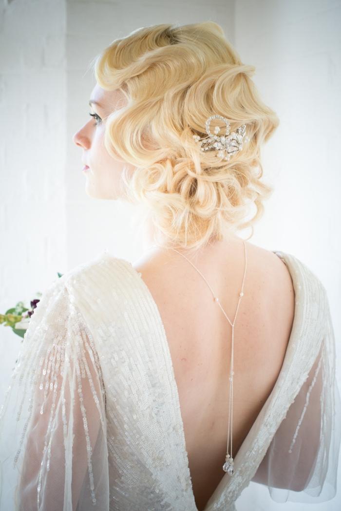 look de mariée vintage en robe mariee dis nu à sequins et à manches évasées romantique sublimé par un bijou de dos délicat de pandora