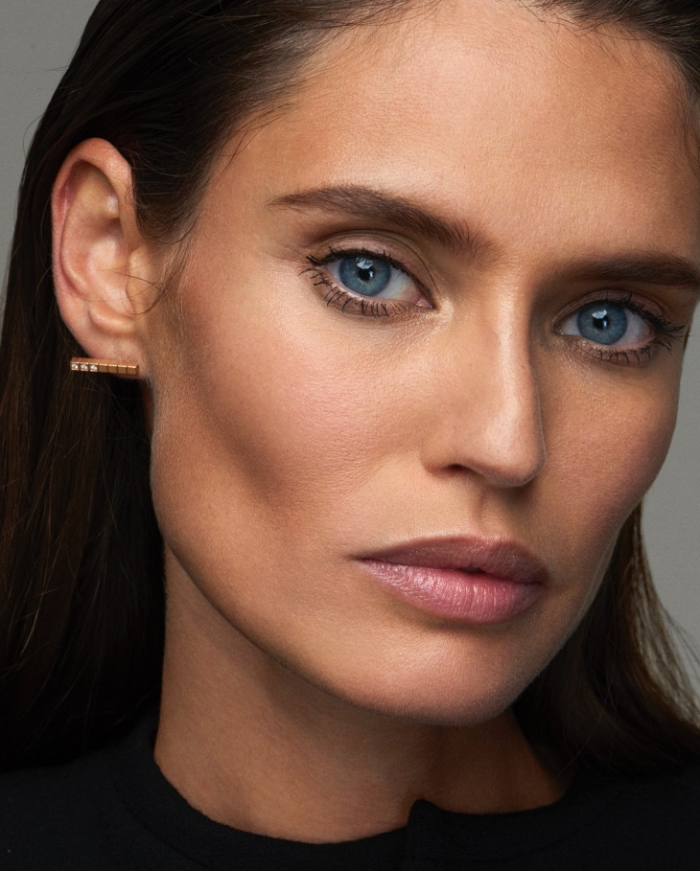joli maquillage naturel avec contouring léger pour faire ressortir la mâchoire, maquillage pour yeux bleus avec fards à paupières nude et mascara