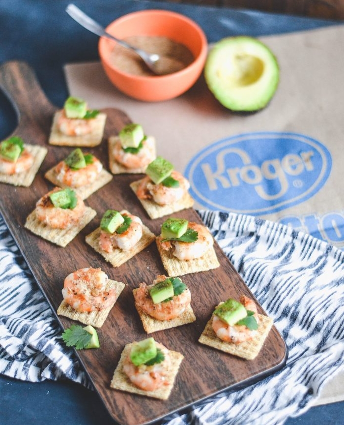 apero biscuits salés avec crevette, tranche d avocat et persil, amuses bouches originaux à faire pour ses invités