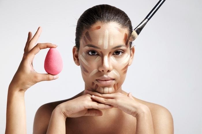 comment marquer les zones du visage pour faire un contouring, utiliser blender et pinceau pour estomper le maquillage contouring