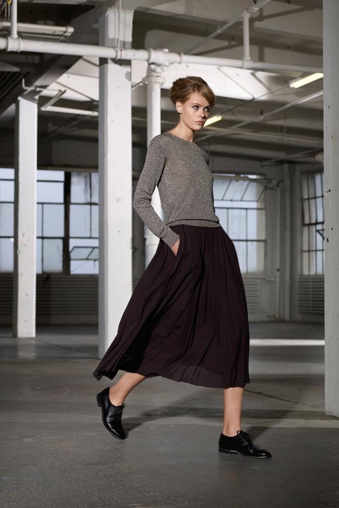 idée comment porter les derbys à petits talons vernis noir, modèle de jupe longue foncée combinée avec une blouse à paillettes argentées
