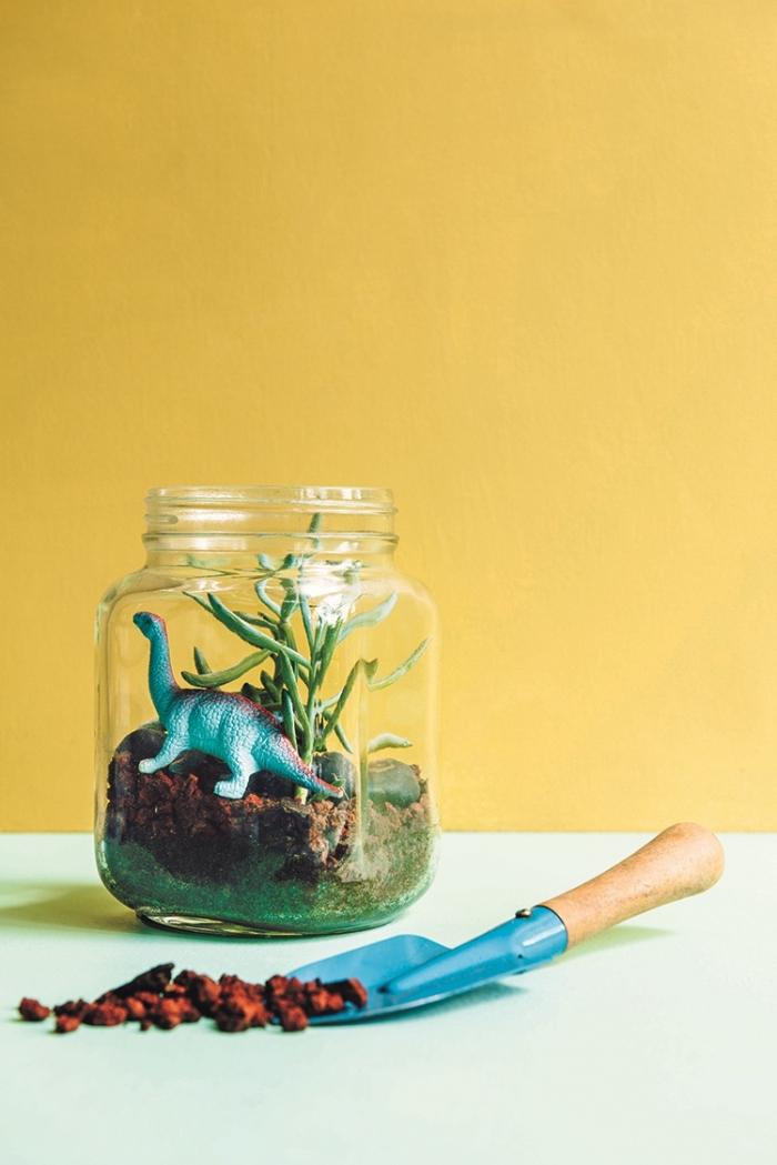 diy activité manuelle pour ado, comment fabriquer un petit jardin dans un bocal en verre avec figurines et fausses plantes