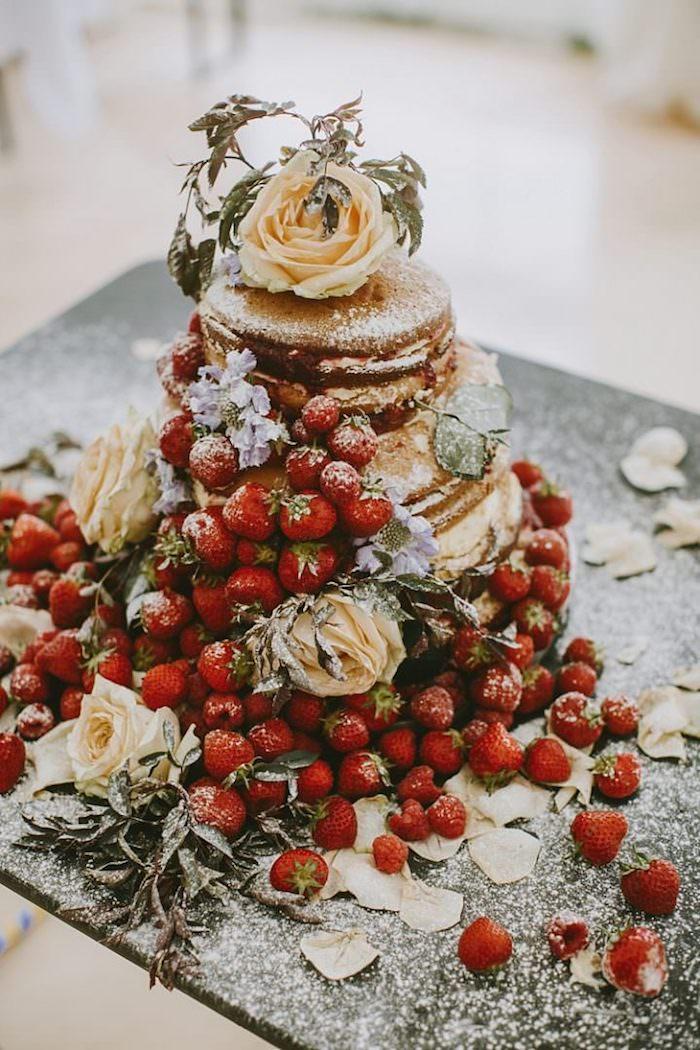Pièce montée mariage, gateau trois etages aux fraises, gateau mariage simple, beau gateau pour mariage joliment décoré