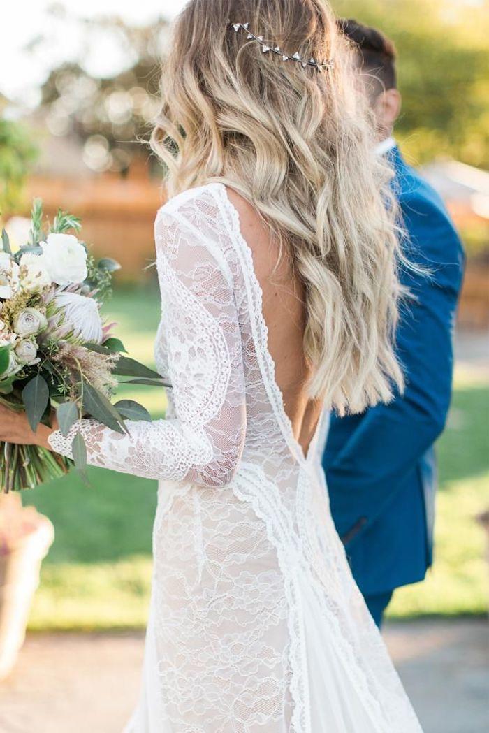Hippie chic coiffure mariage, coiffure mariage bohème à ondes, cérémonie de mariage en plein air, couple, bouquet de mariée