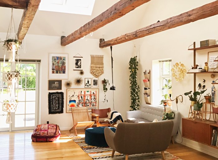 esprit bohème chic avec objets ethniques de bois et plantes vertes, exemple de charpente apparente dans une déco moderne et traditionnelle