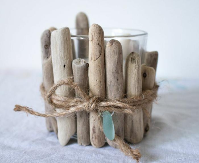 déco avec morceaux de bois flotté, tasse en verre et ficelle de jute, bougeoir