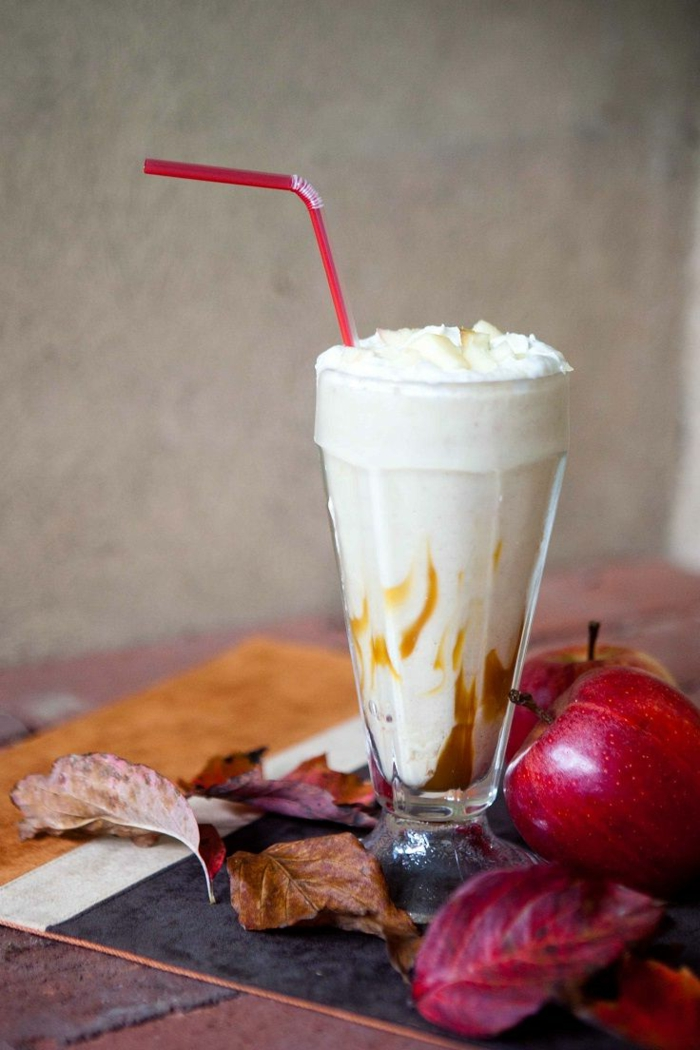 boisson lactée, crème fouettée et caramel, pomme rouge, feuilles d'automne