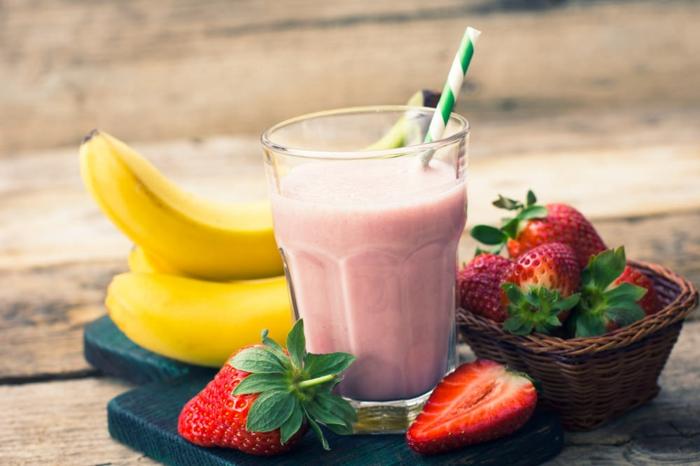 boisson délicieuse bananes et fraises, comment faire le meilleur smoothie banane