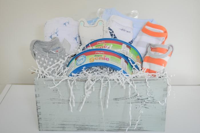 deco baby shower garcon, serviettes et chaussettes, coffret en bois peint en blanc avec effet vieilli, cadeau future maman, box femme enceinte
