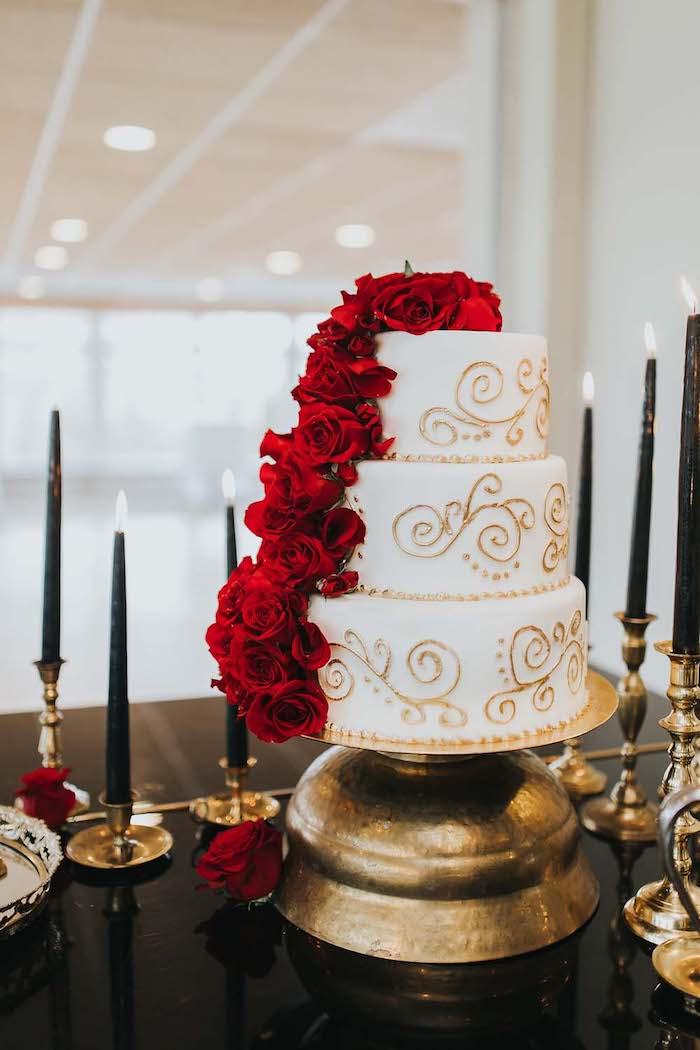Gateau wedding cake classique a pate a sucre blanche, gateau trois etages decore de roses rouges de pate a sucre, figurine gateau mariage decoration