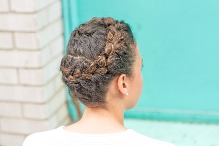 exemple de coiffure romantique pour cheveux crépus, modèle de coiffure de mariée aux cheveux attachés en couronne tressée