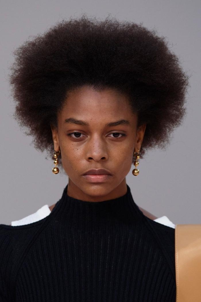 exemple comment porter les cheveux courts frisés, modèle de coiffure africaine à effet blow out avec volume