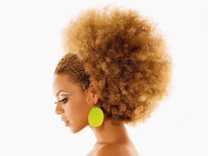 comment porter les cheveux longs crépus, idée de coiffure de style africain sur cheveux longs de couleur cuivrée, modèle de afro puff