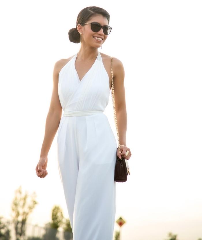 modèle de combinaison en blanc à décolleté en V avec ceinture à combiner avec accessoires sac à main et lunettes de soleil en noir