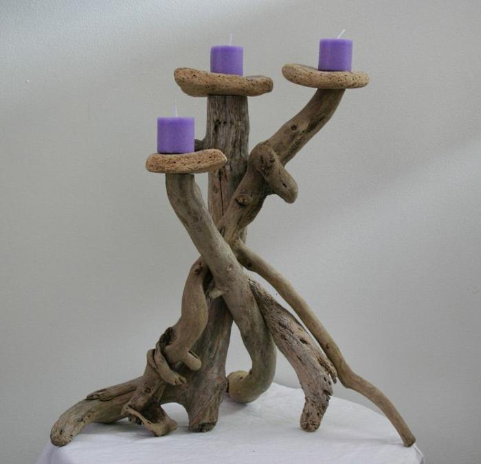 bougeoir trois bras, bougies lilas, décoration d'espace avec objets uniques