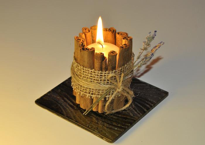 petit bougeoir diy en batons de cannelle collés ensemble, bande de jute, ficelle et brins de lavande, deco de table automne