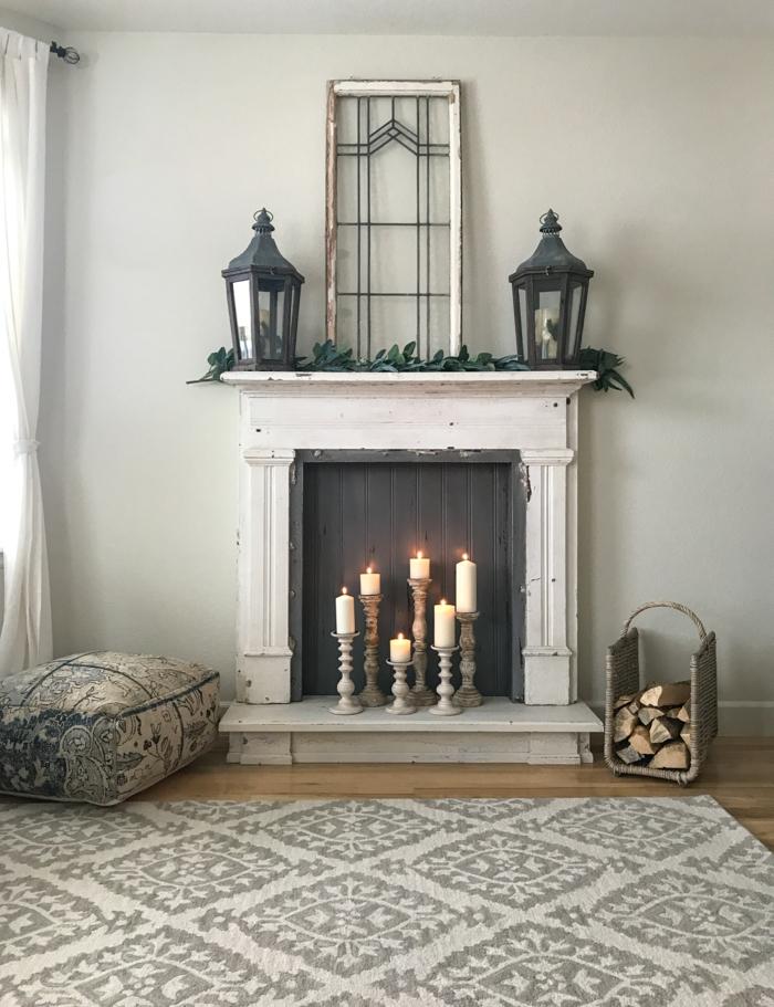 foyer décoratif, bougeoirs anciens, bûches, lanternes noires, cadre ancienne déco