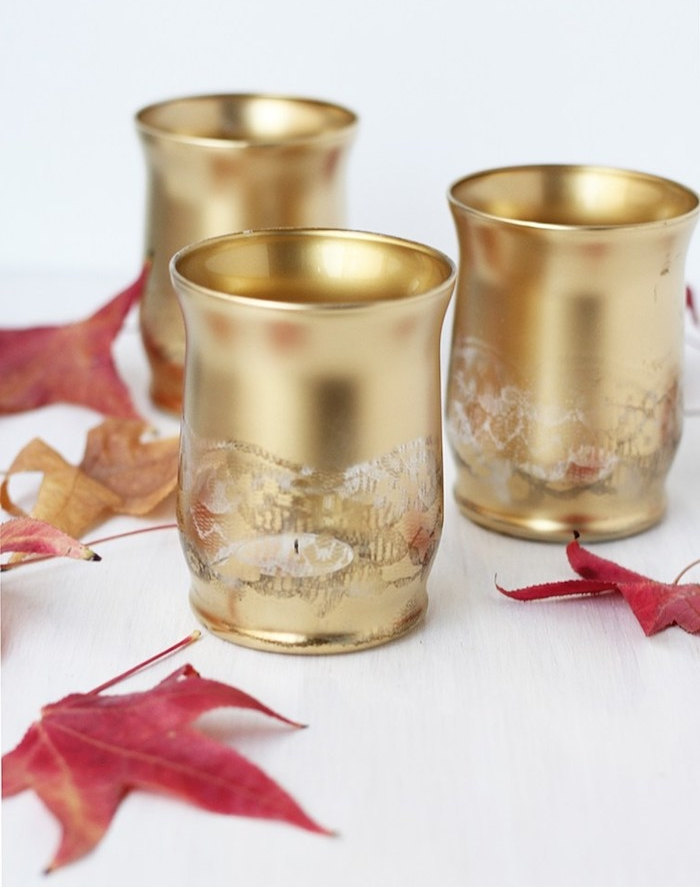 activité manuelle facile faire, bougeoir diy en verres à motif dentelle repeints de couleur or