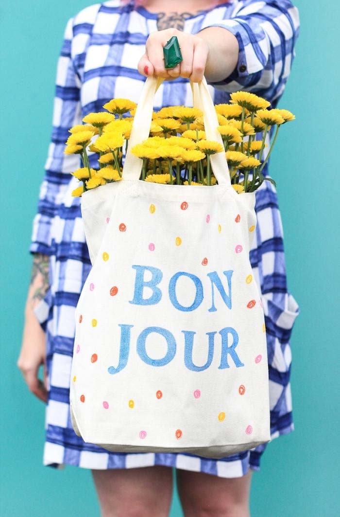 cabas tissu blanc avec déco facile en lettres bleus et dots en feutres pour textiles, modèle d'accessoire sac à main